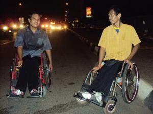 2 kursi roda karya Mas Tanto yang mampu dibawa berjalan puluhan kilometer