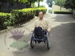 Jalan menuju gedung pertemuan begitu curam sangat membahayakan pengguna kursi roda.