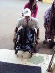 Belum banyak ramp yang disediakan untuk pengguna kursi roda sehingga harus dibantu dorong