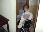 Pintu toilet tidak bisa dilalui oleh pengguna kursi roda. Standar lebar pintu ialah 90 cm.