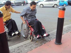 trotoar masih sulit ditembus kursi roda